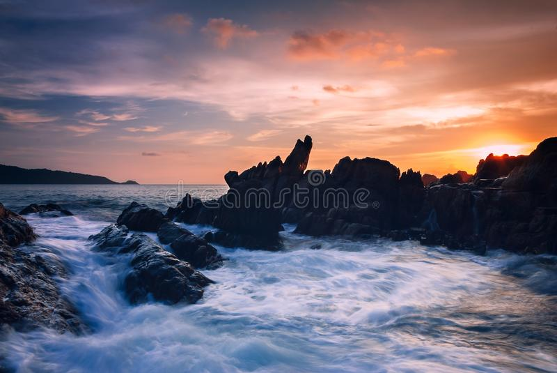 Seascape волны на утесе, долгая выдержка на заходе солнца на пляже стоковые фото
