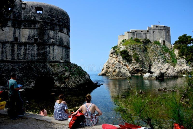 Seascape Дубровника с крепостью на горной породе и виде сзади некоторых туристов стоковая фотография rf