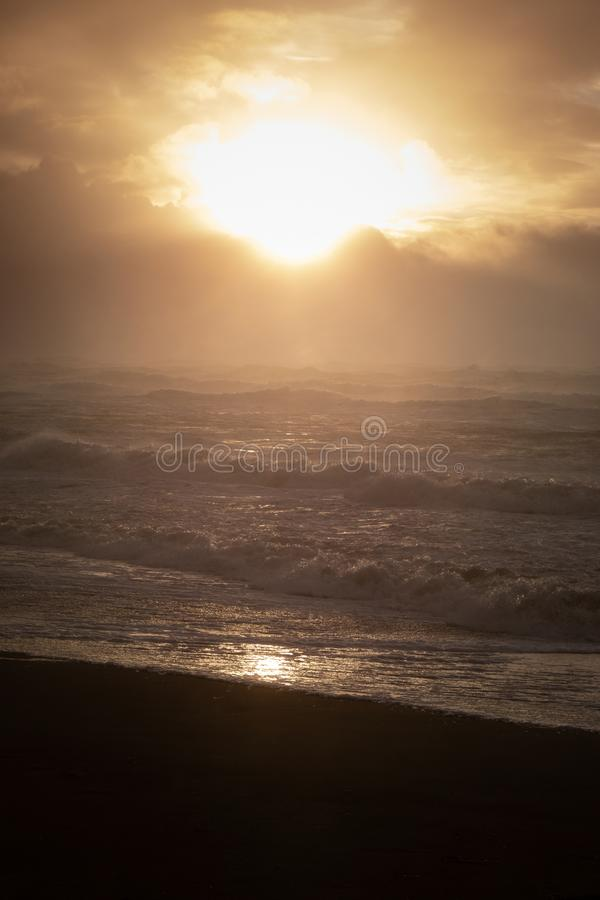Seascape захода солнца в коричневых цветах и чернокожих стоковое фото