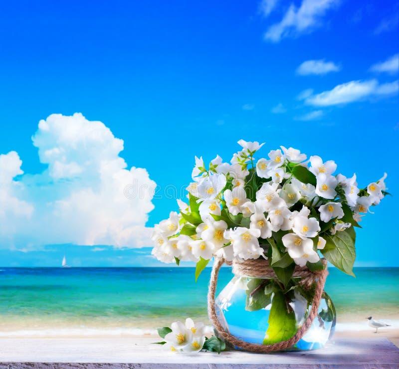 Seascape искусства и цветки жасмина стоковая фотография rf