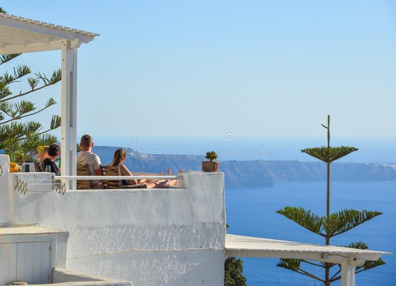 Seascape людей наблюдая острова Santorini стоковое фото rf