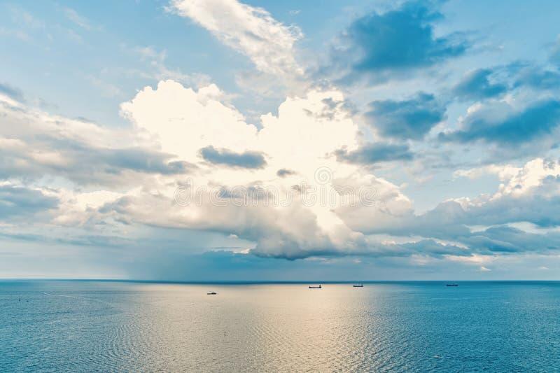 Seascape на предпосылке облачного неба Линия горизонта морской воды и неба Wanderlust, перемещение, отключение Принципиальная схе стоковое фото
