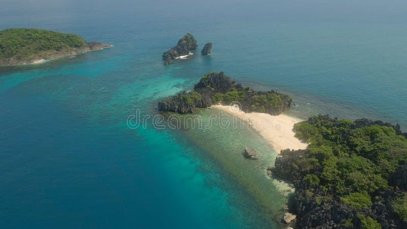 Seascape островов Caramoan, Camarines Sur, Филиппины стоковые фотографии rf