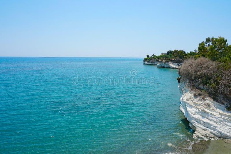 Seascape при белые скалы покрытые с зеленой листвой на пляже губернатора в Кипре стоковое изображение rf
