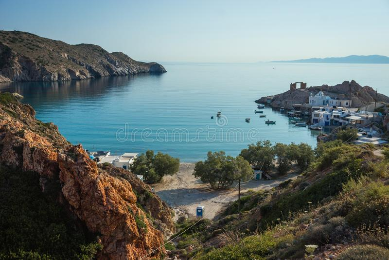 Seascape с белой церковью на Mantrakia на Milos острове, Греции стоковая фотография rf