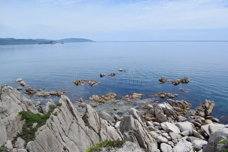 Seascape с горами и чистой водой каменное морское побережье стоковое фото rf