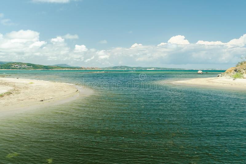Seascape с линией горизонта и белыми облаками в голубом небе Вид на море от пляжа песка Океан ослабляет, на открытом воздухе пере стоковая фотография rf