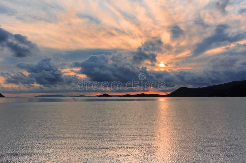 Seascape с очень красивым заходом солнца на предпосылке h стоковые изображения rf