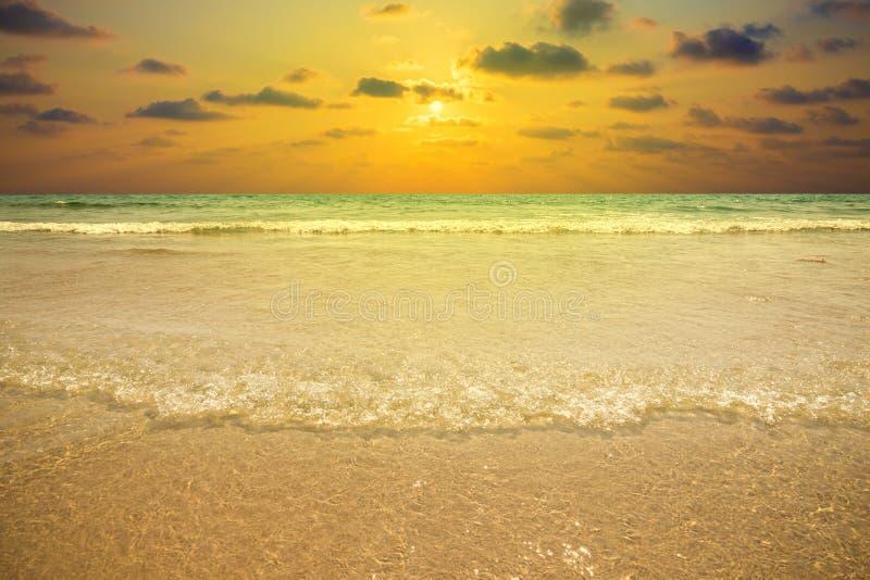 Seascape - тропический пляж во время захода солнца стоковые изображения rf