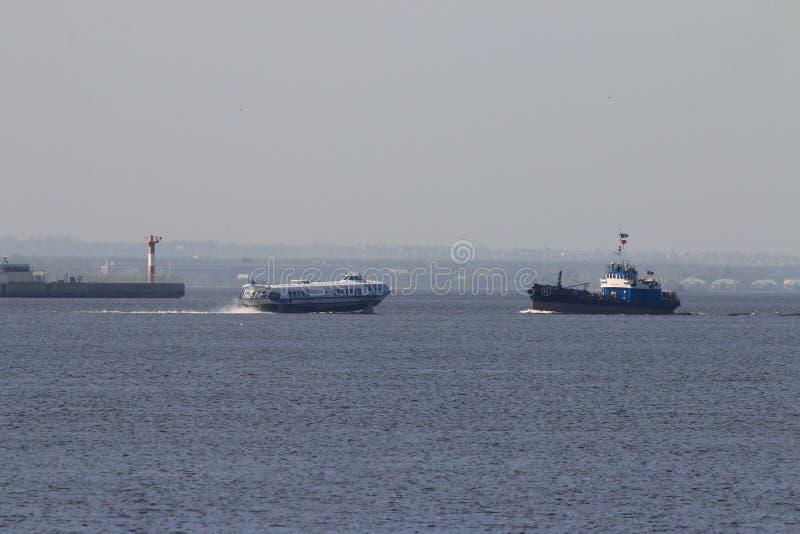 Seascape утра в заливе Neva около порта стоковое изображение