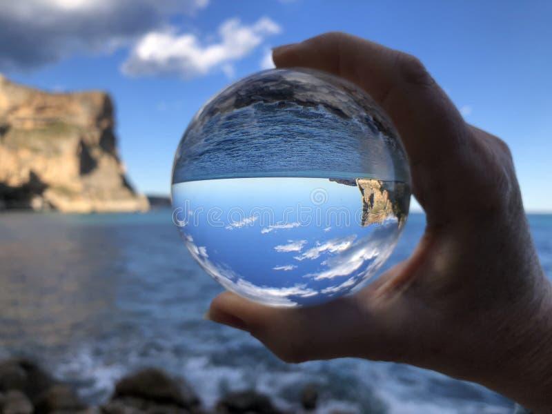 Seascape através de uma bola de cristal imagem de stock