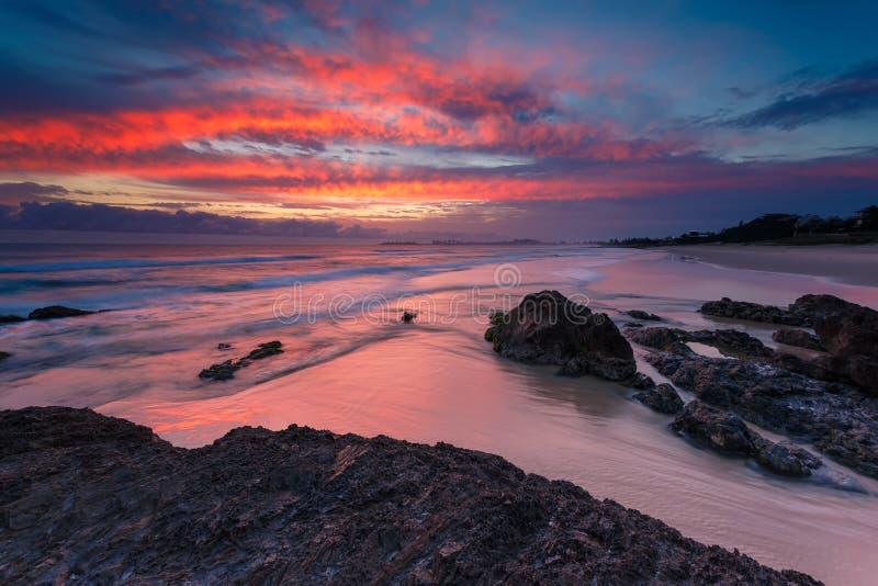 Seascape australiano no nascer do sol com os ricos na cor vermelha fotografia de stock