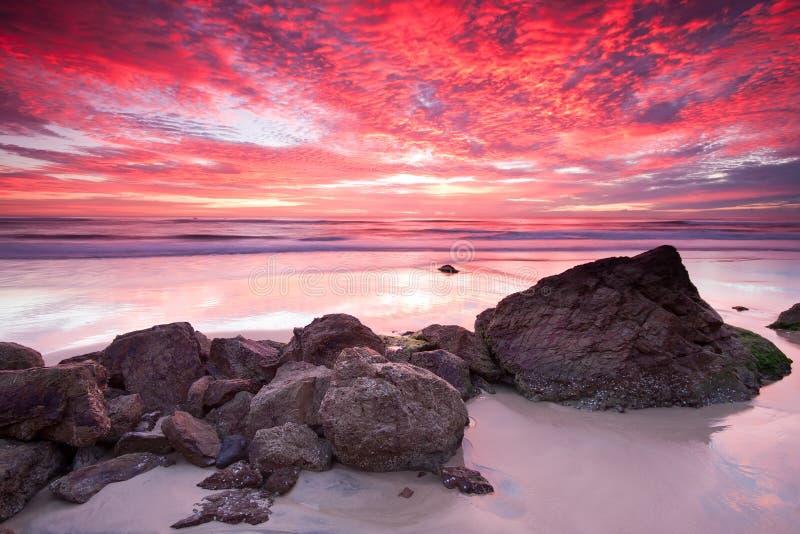 Seascape australiano no nascer do sol vermelho fotografia de stock