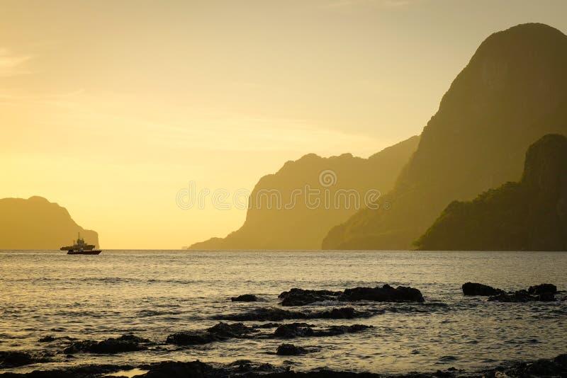 Seascape av öarna på solnedgången royaltyfria bilder
