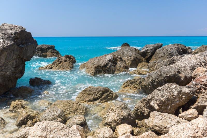 Seascape av bl?tt bevattnar och vaggar av Megali Petra Beach, Lefkada, Ionian ?ar, Grekland arkivbilder