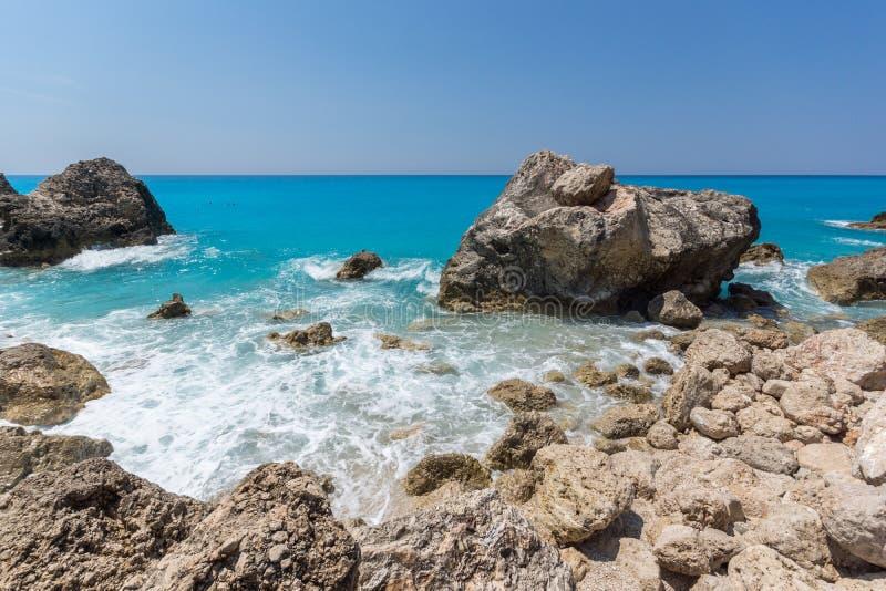 Seascape av bl?tt bevattnar och vaggar av Megali Petra Beach, Lefkada, Ionian ?ar, Grekland royaltyfri bild