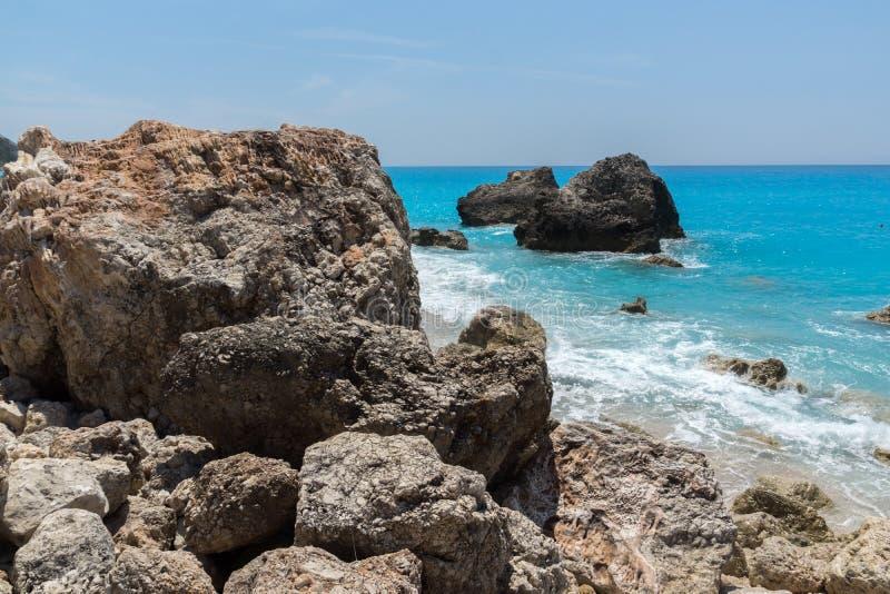 Seascape av bl?tt bevattnar och vaggar av Megali Petra Beach, Lefkada, Ionian ?ar, Grekland royaltyfri foto
