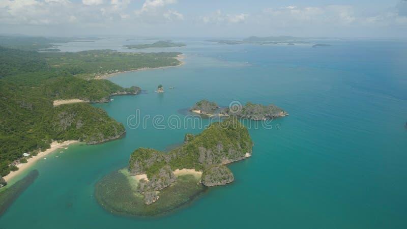 Seascape av Caramoan öar, Camarines Sur, Filippinerna royaltyfri bild
