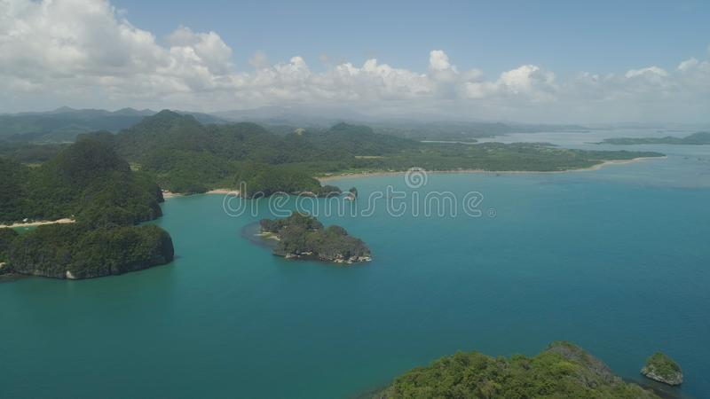 Seascape av Caramoan ?ar, Camarines Sur, Filippinerna royaltyfri bild