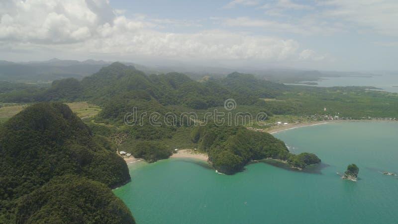 Seascape av Caramoan ?ar, Camarines Sur, Filippinerna royaltyfri fotografi