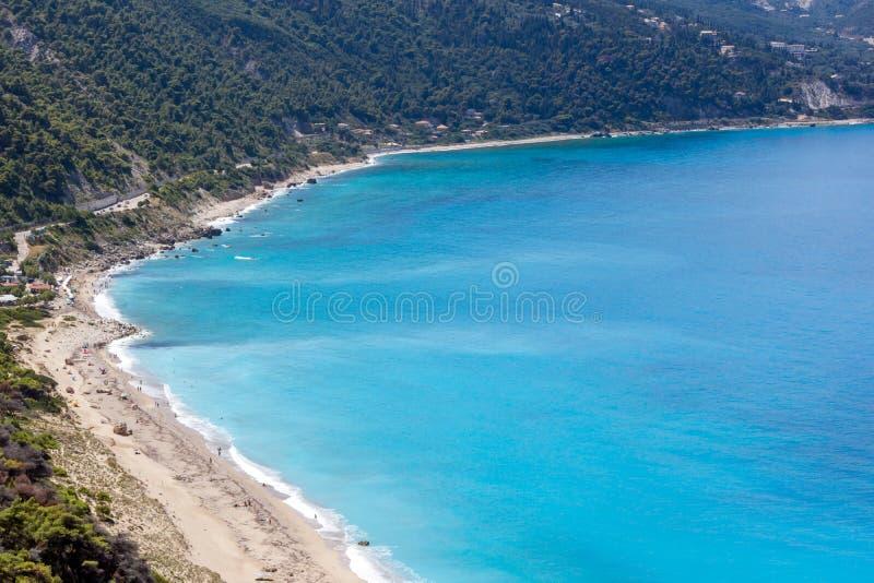 Seascape av den Kokkinos Vrachos stranden med blått vatten, Lefkada, Ionian öar, Grekland royaltyfria bilder