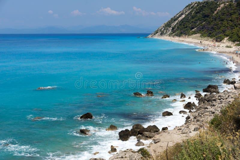 Seascape av den Kokkinos Vrachos stranden med bl?tt vatten, Lefkada, Ionian ?ar, Grekland royaltyfri fotografi