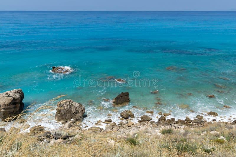 Seascape av den Kokkinos Vrachos stranden med bl?tt vatten, Lefkada, Ionian ?ar, Grekland fotografering för bildbyråer
