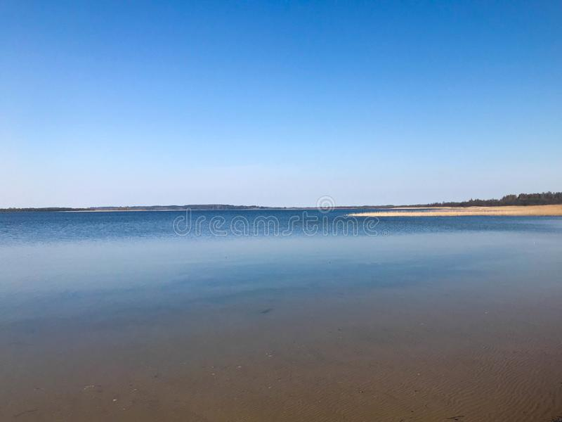seascape Blått lugna vatten och ett stycke av sushi mot det blåa havet, horisont royaltyfri fotografi