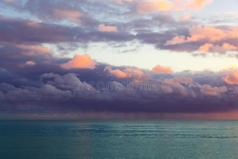 Seascape bonito com nuvens roxas imagem de stock royalty free