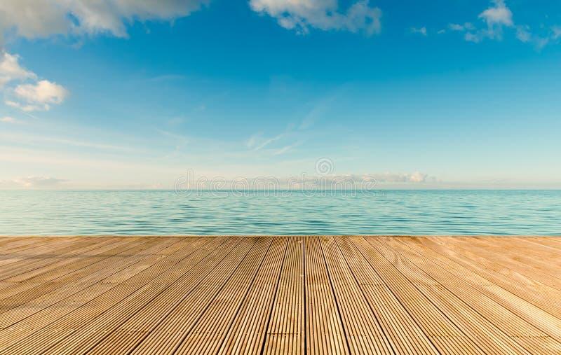 Seascape bonito com o cais de madeira vazio foto de stock royalty free