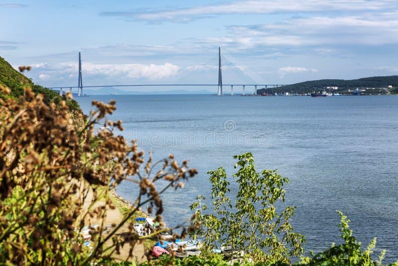 Seascape bonito que negligencia a ponte bonita A natureza áspera da região do beira-mar foto de stock