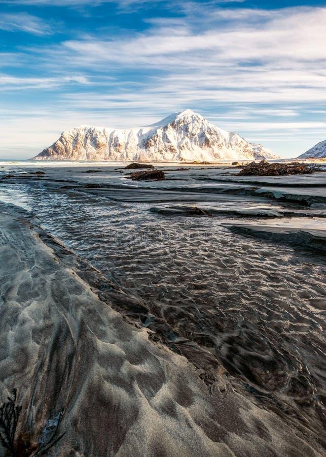 Seascape bruzda piasek z śnieżną górą i niebieskim niebem w arct fotografia stock
