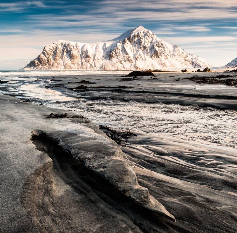 Seascape bruzda piasek z śnieżną górą i niebieskim niebem w arct fotografia royalty free