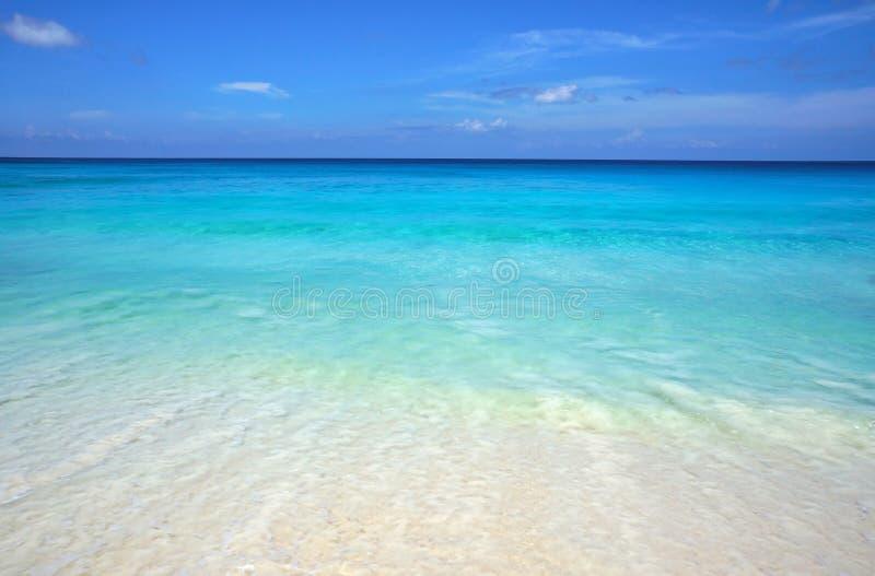 Seascape cênico da água transparente do oceano dos azuis celestes e do céu azul Praia tropical com areia branca Cenário idílico d imagem de stock