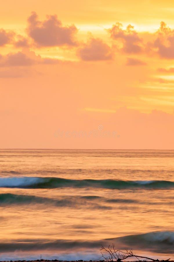 Seascape cênico fantástico no crepúsculo, céu colorido do por do sol com as nuvens no verão Coberturas macias de um fulgor alaran fotografia de stock