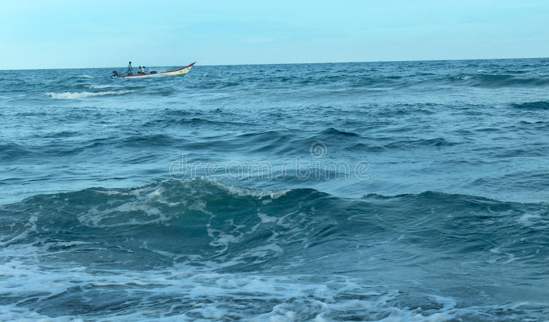 Seascape com barco de pesca fotografia de stock royalty free
