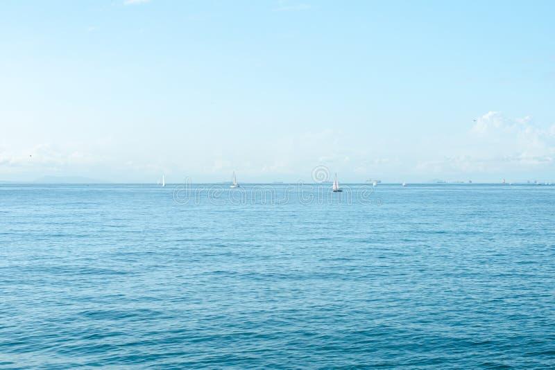 Seascape com horizonte de mar e o céu azul profundo quase claro Atenas, Grécia foto de stock royalty free