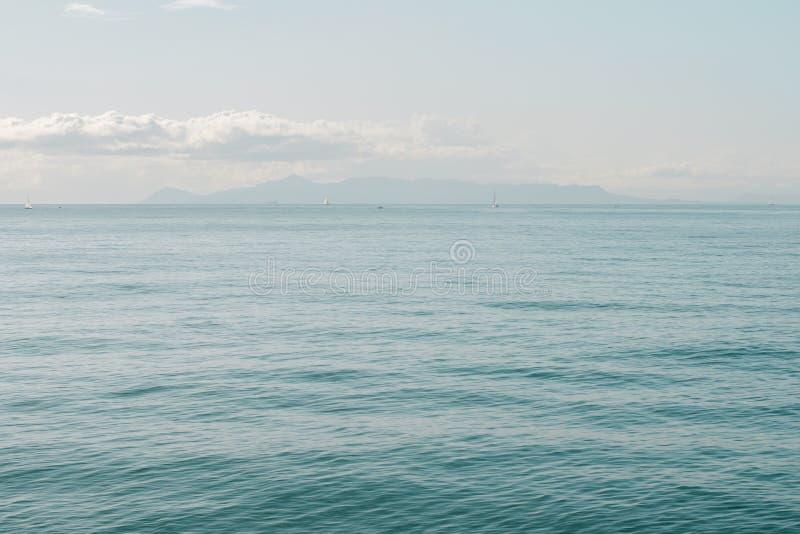 Seascape com horizonte de mar e o céu azul profundo quase claro Atenas, Grécia imagens de stock royalty free
