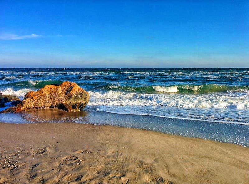 Seascape com ondas e as rochas litorais fotos de stock royalty free