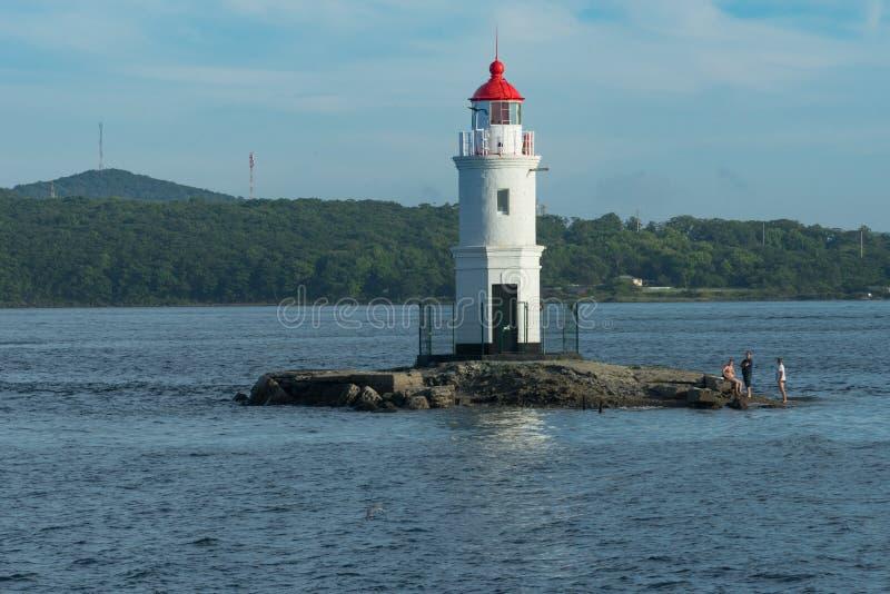 Seascape com uma vista do farol contra o mar fotos de stock