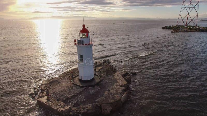 Seascape com uma vista do farol contra o mar foto de stock