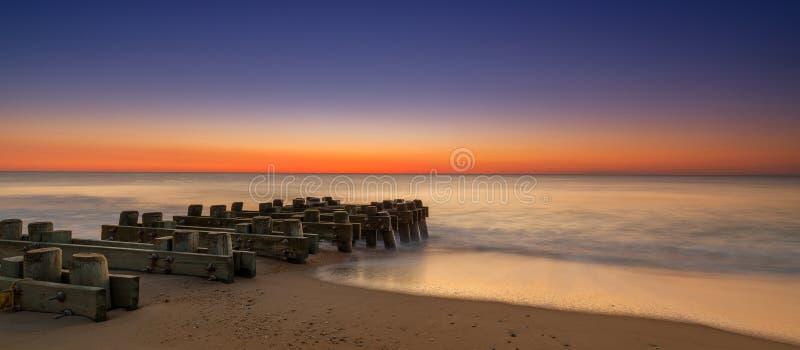 Seascape da manhã com pilhas de madeira imagens de stock
