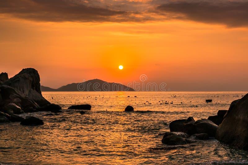 Seascape da natureza com pedregulhos, ilhas e ondas no nascer do sol alaranjado fotos de stock royalty free