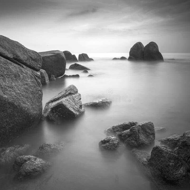 Seascape da rocha em preto e branco foto de stock royalty free