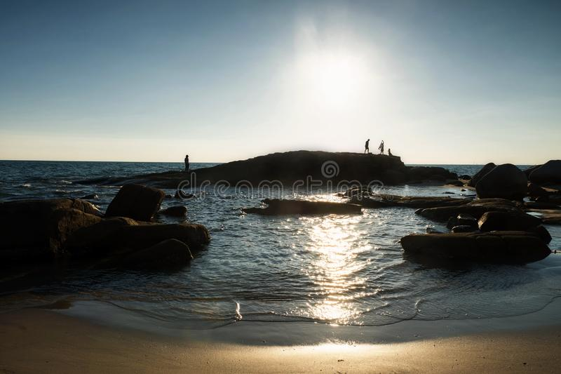 Seascape de Silhouete na praia de Rayong no por do sol imagens de stock