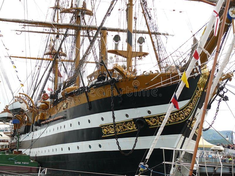 Seascape de Spezia do La, Italy 6 de junho de 2013 O navio de escola da marinha italiana Amerigo Vespucci ancorou ao porto por oc imagens de stock