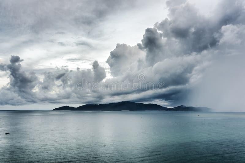 Seascape de surpresa com o céu tormentoso dramático imagens de stock