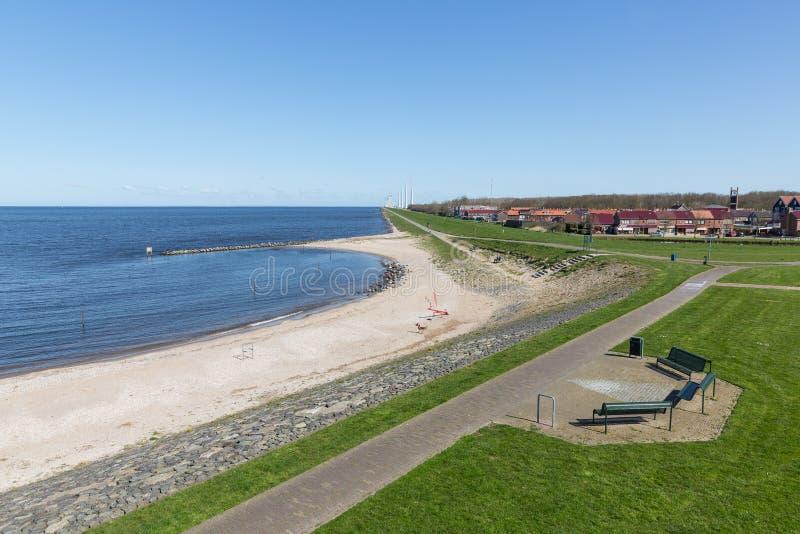 Seascape de Urk nos Países Baixos com um windfarm ao longo da costa fotos de stock