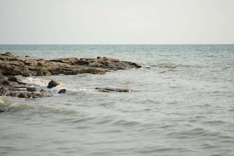 Seascape denny i skalisty brzeg na tropikalnej wyspie zdjęcie royalty free