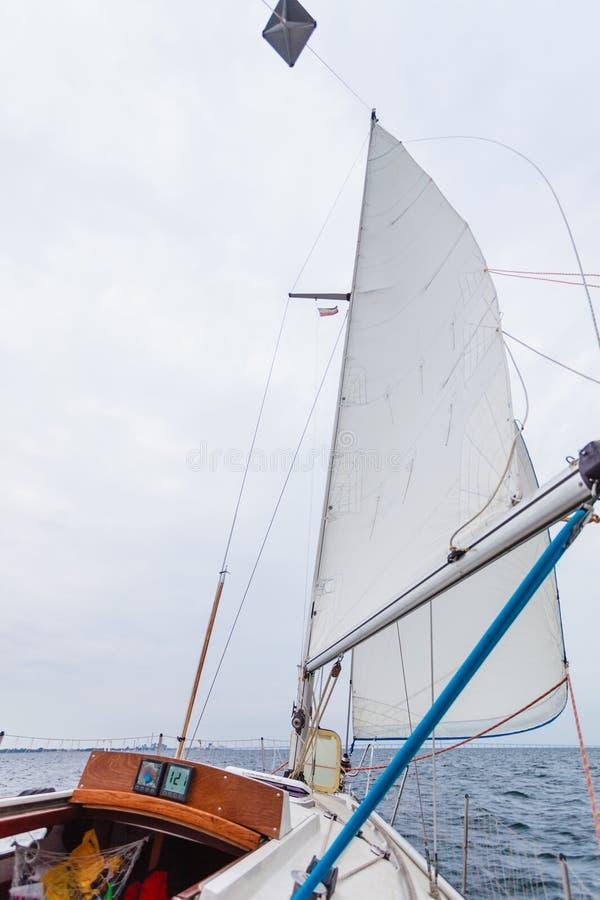 Seascape do barco de navigação, tempo nevoento leitoso fotos de stock royalty free